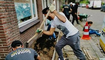 NK Tegelwippen in de wijk: 1200 tegels eruit en 4000 plantjes erin!